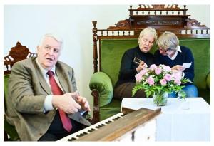 Helmut Sander an seinem Harmonium:  Das gute Stück hat die STURMFLUT  überstanden – wichtig für sein Leben.