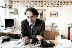 """""""Seien Sie schmeichelhaft, ich bin etwas ,out of order'"""", bat Giovanni di Lorenzo den Fotografen vor den Aufnahmen in seinem  Büro bei der """"Zeit"""". Am Abend  zuvor hatte er seinen  55. Geburtstag gefeiert."""