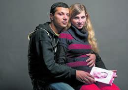 Abschied von BABY MIRANDA: Den Eltern war im Krankenhaus ihr Neugeborenes weggenommen worden, weil sie obdachlos waren (H&K 253). Das Deutsche Rote Kreuz zahlte der lettischen Familie vorübergehend ein Hotelzimmer und bot ihr an, sie in ein Projekt in Lettland zu vermitteln. Aber die Eltern lehnten ab und reisten aus. Bedrohlich ist, dass Miranda herzkrank ist und nicht versichert.