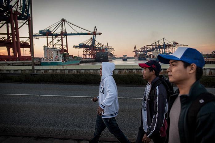 Manchmal schaffen es die Männer zu Fuß in den DUCKDALBEN und sie können die Aussicht genießen.  Das Schiff dieser philippinischen Seemänner hat im nahen Waltershofer Hafen festgemacht.