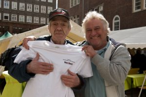"""Hinz&Künztler Uwe ist von Anfang an bei Hinz&Kunzt dabei, genauso wie 31 andere Verkäufer. Für sie gab es zum Fest als kleines Geschenk von Geschäftsführer Jens Ade T-Shirts mit unserem 20-Jahre-Motto """"Aufstehen statt Aufgeben"""""""