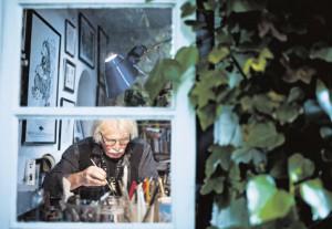 Ali Schindehütte in seinem Atelier. Hier setzt er  die Inspiration des  Tages in Bilder um.