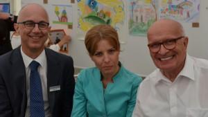 Arbeitsagentur-Chef Sönke Fock (links) mit dem bulgarischen Honorarkonsul xxxxx und einer Mitarbeiterin des bulgarischen Außenministeriums