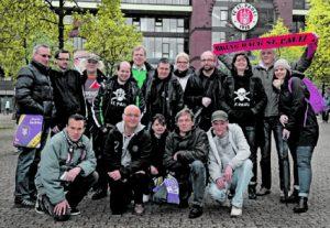 16 Freunde sollt ihr sein: Seit neun Jahren haben St.-Pauli-Fans und Hinz&Künztler gemeinsam Spaß am Millerntor. Ein HSV-Fan wurde so schon bekehrt.