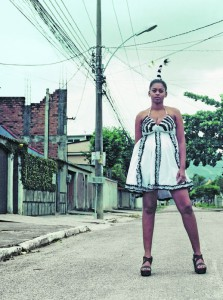 """Wenn Edna nicht modelt, geht sie anschaffen. Hier präsentiert sie das Modell """"Copacabana""""  aus der Sommerkollektion des Labels """"Daspu"""" (""""von den Huren"""")."""