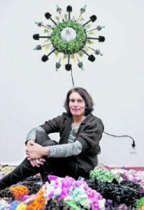 """Stofffetzen, Kleidungsstücke, Plastiktüten – daraus fertigt Loukia Richards """"Stitchathons"""". Auch die Klobürsten-Lampe ist eine Eigenkreation."""