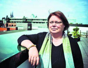 Unermüdlich hat Fanny Dethloff für  Flüchtlinge in Hamburg gekämpft. Nun übernimmt  Pastorin Dietlind Jochims ihren Posten.