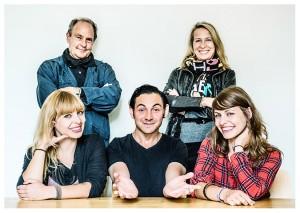 Fünf der Macher des neuen Werbespots von Hinz&Kunzt: Monika Plura (Kamera), Johannes Klaußner (Schauspieler), Martina Plura (Regie), (hinten:) Prof. Richard Reitinger (Leiter Filmstudiengang an der HMS) und Patricia Steber (Koordination Filmstudiengang)