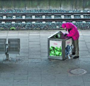 Ein Job, bei dem einem alle zusehen: Pfandflaschen sammeln.