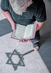 Religion und Gewalt.  Auch für Wolfgang Seibert  ist es schwierig, mit  gewissen Stellen im Koran, in der Bibel und der Thora umzugehen.