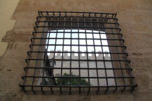 Hinter Gittern: Im Auftrag der Hansestadt fertigen Hamburger Gefangene in einer anstaltseigenen Schlosserei auch die speziellen Gitter zur Sicherung der Gefängnisse an – zum Minilohn.