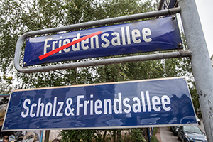 Symbolische Umbenennung der Friedensallee in Scholz & Friendsallee