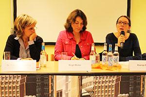 Diskutierten über Wohnungslosigkeit: Friederike Föcking (CDU), Hinz&Kunzt-Chefredakteurin und Moderatorin Birgit Müller und Ksenja Bekeris (SPD). Nicht im Bild: Cansu Özdemir (Linke), Katharina Fegebank (Grüne), Martine Kaesbach (FDP) und Sozialwissenschaftler Volker Busch-Geertsema.
