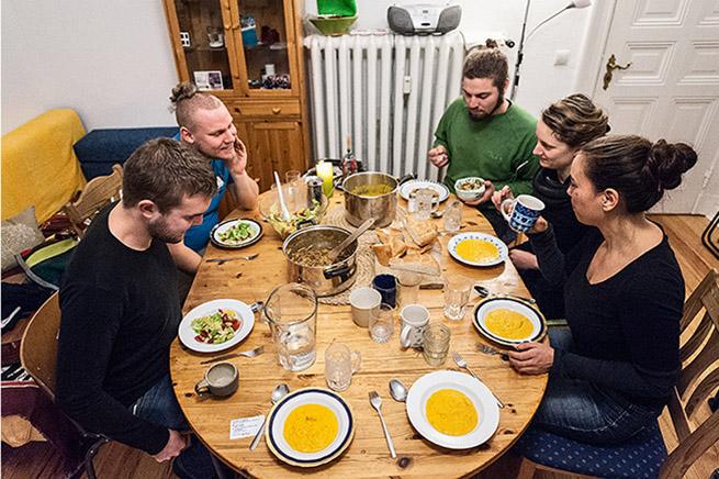 Die WG kriegt Leckeres auf den Tisch – Salat und Kürbissuppe machen SATT und glücklich.