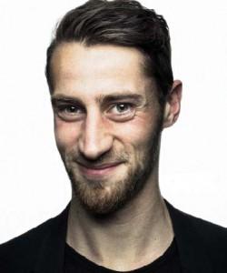 Mehr als FUSSBALL im Kopf: Jan-Philipp Kalla (28) setzt sich auch für Obdachlose ein.