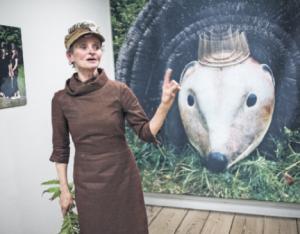 Auch wenn sie mit ihrer coolen Igelmütze nicht ganz so aussieht: LILI FISCHER ist documenta-Teilnehmerin und Professorin an der Kunstakademie Münster. Durch einen Zufall hat sie Igel für sich entdeckt.