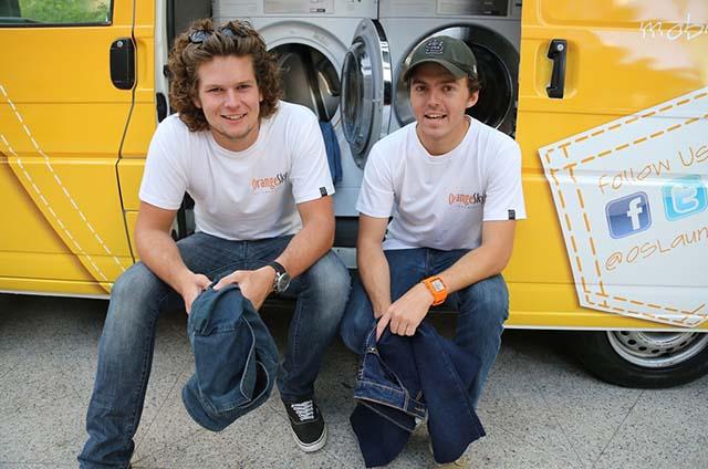 Lucas Patchett und Nicholas Marchesi haben einen Sprinte rzum mobilen Waschsalon für Obdachlose umgerüstet. (Foto: INSP/Orange Sky Laundry.)