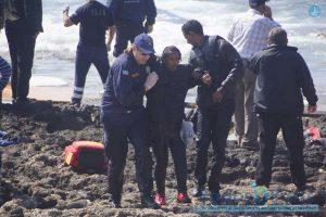 Diese Frau überlebte das Schiffsunglück vor Rhodos - drei andere Flüchtlinge starben. Foto Xinhao/action press