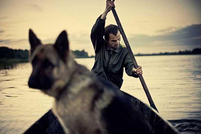 """Kahnfahrt mit Hund"""", Weißrussland, 2012 von Dmitrij Leltschuk."""