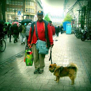 """Hinz&Künztler Ferenc demonstrierte mit seinem Hund Ricky: """"Wir beide brauchen einen Platz."""""""