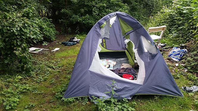 Zelt Im Koffer : Übergriff auf obdachlose wer hat manoles zelt zerstört